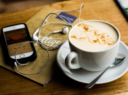 Écouter un podcast sur le marketing pendant son café